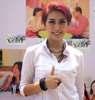Rambut Pendek Fenita Arie Terbaru Warna Magenta