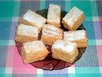 Vaníliás lapok, szalakálé tésztás, vanília krémes sütemény, porcukorral megszórva.