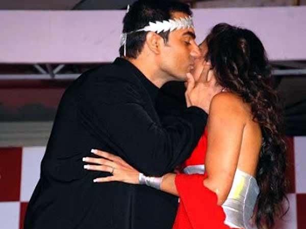 Saif kareena caught kissing each