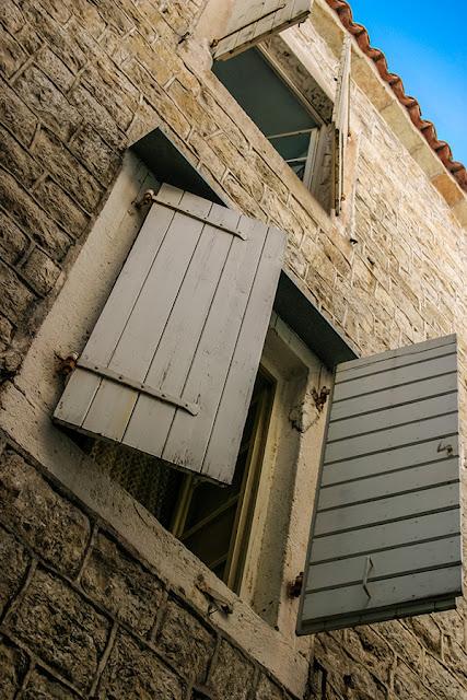 Białe okiennice - Budva