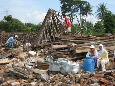 Hasil gambar untuk Kiat Menghadapi Gempa Bumi