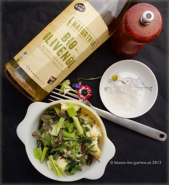 Pastinaken-Zellerpüree, die zerkleinerten Kräuter, gemischt mit Olivenöl, Salz, Pfeffer