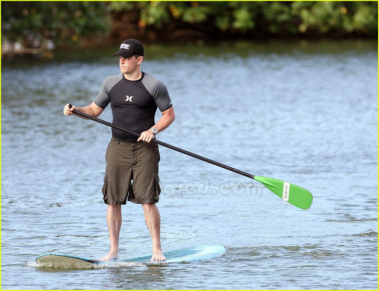 http://2.bp.blogspot.com/-0y_GTuB2v0M/UN4dtA_ZFgI/AAAAAAAACJs/xt8Ei2kf1gs/s1600/03-matt-damon-paddle-boarding.jpg