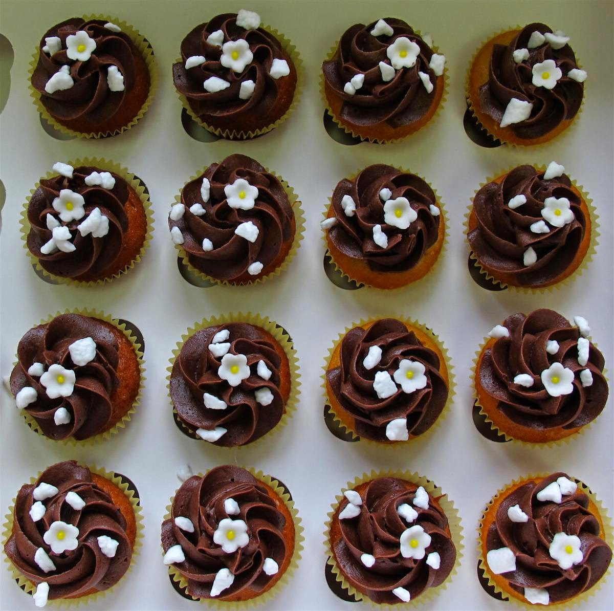 mini wedding cupcakes, chocolate