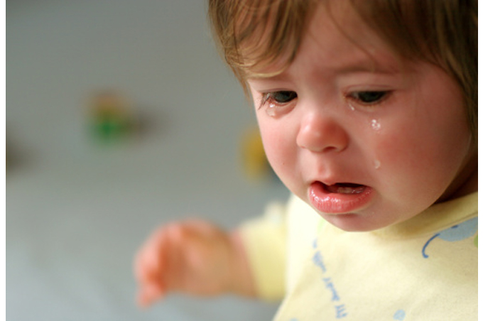 صورة طفلة صغيرة تبكي كثيرا والدموع تملأ وجهها