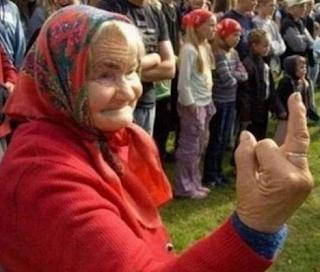 smešne slike baba srednji prst