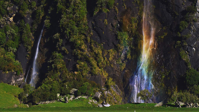 Wishbone Falls at Mount Aspiring National Park on South Island, New Zealand (© Corbis)
