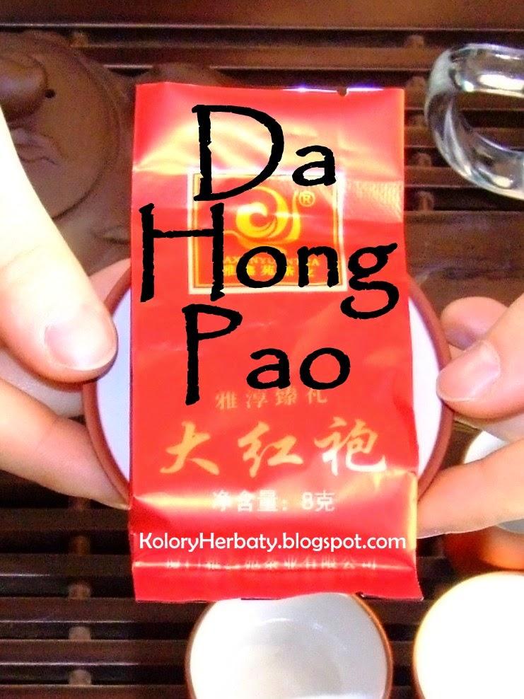 Ciemny oolong z gór Wuyi, Da Hong Pao zapakowany w czerwoną torebeczkę z chińskimi znakami.