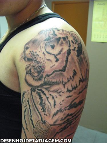 Tatuagem do rosto do tigre no braço