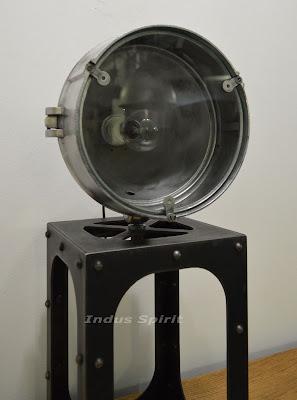 Lampe industrielle sur pied