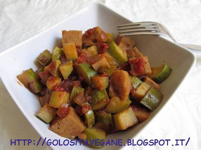 aglio, brodo, cipolle, polpa di pomodoro, ricette vegan, Secondi, seitan, stufato, tamari, zucchine,