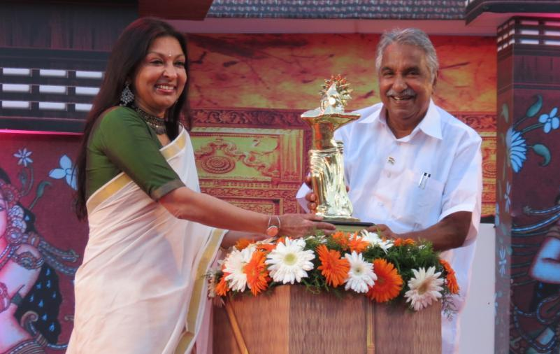 Mallika Sarabhai receiving maiden 'Nishagandhi Puraskaram' on behalf of her mother Mrinalini Sarabhai from Hon. Chief minister Oommen Chandy