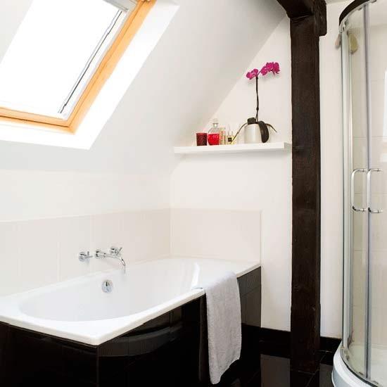 Интерьер маленькой ванной комнаты с окном