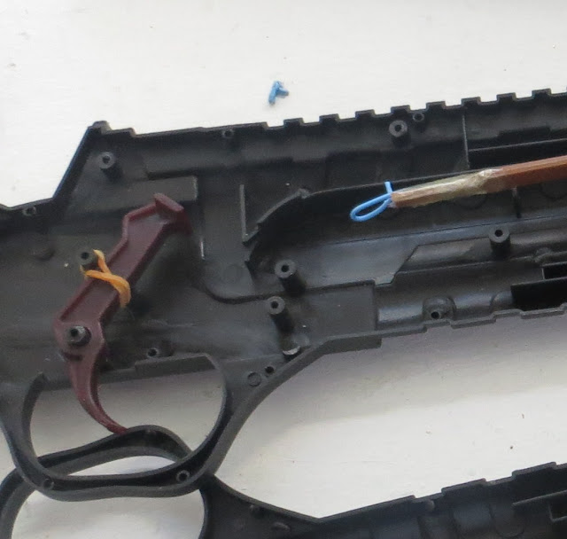 Ampliação de fotografia de Esquema do Mecanismo interior de caçadeira Shotgun brinquedo de criança pormenor do gatilho