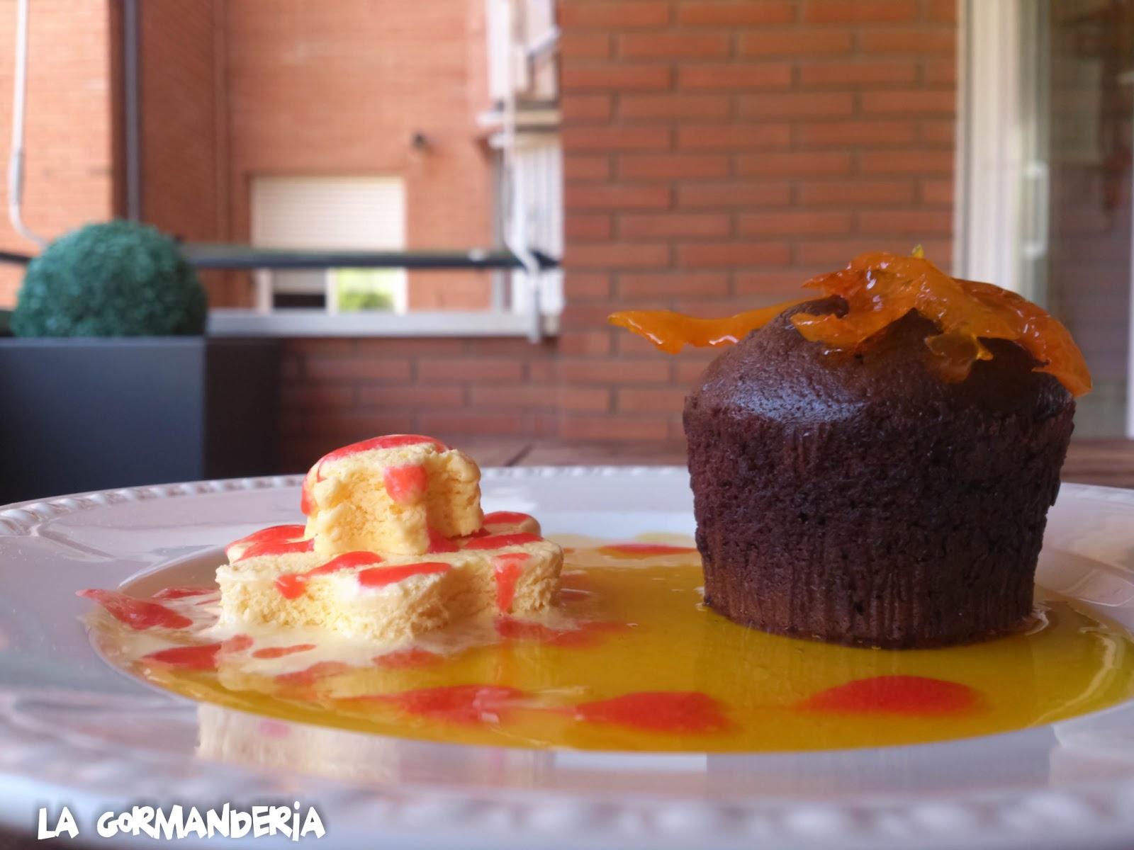 Coulant con coulis de naranja y fresas y helado de vainilla