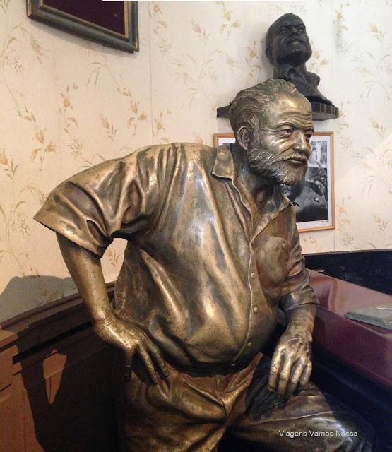 Estátua de bronze do famoso escritor amaricano Ernest Hemingway