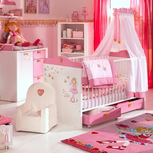 dormitorio blanco con rosa para bebé