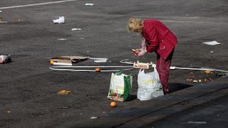 Con lo que tiran los supermercados a la basura comería toda Málaga un año