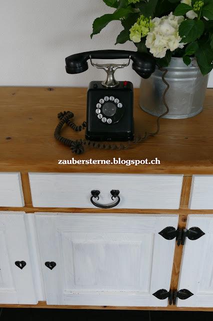altes Telefon, weisse Hortensie