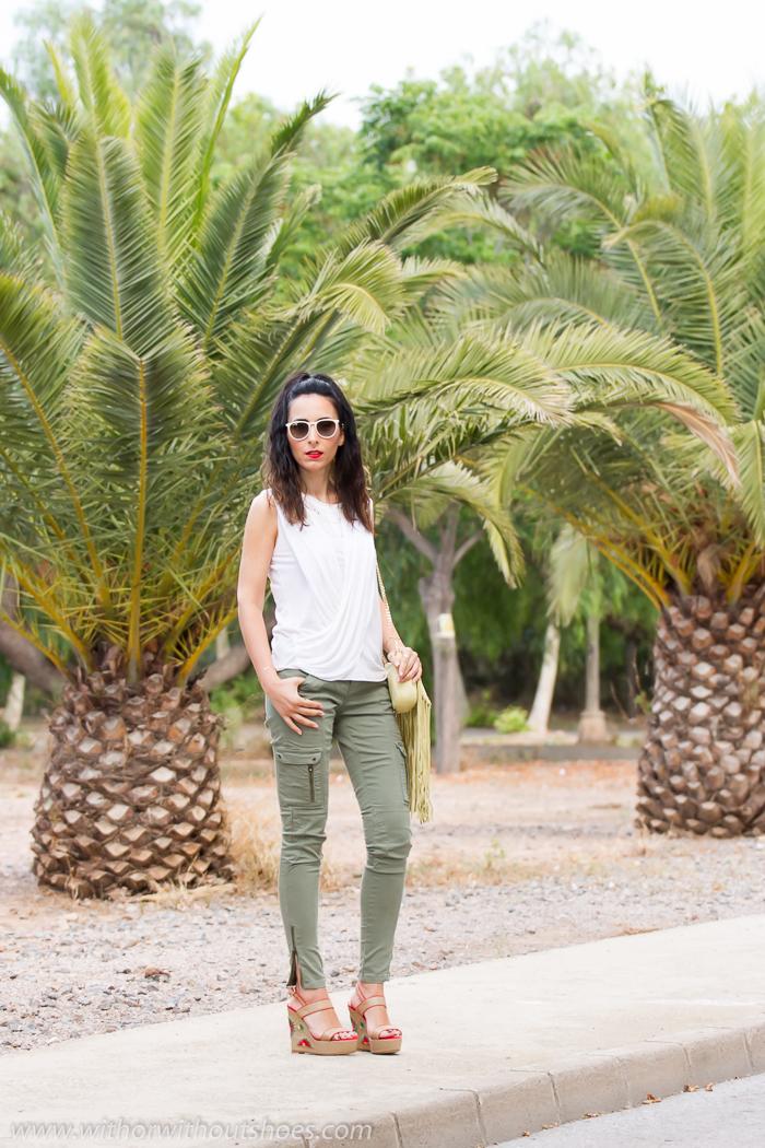 Look comodo casual con pantalones cargo de Zara y Sandalias Cuñas de rafia natural Magrit modelo Camelia