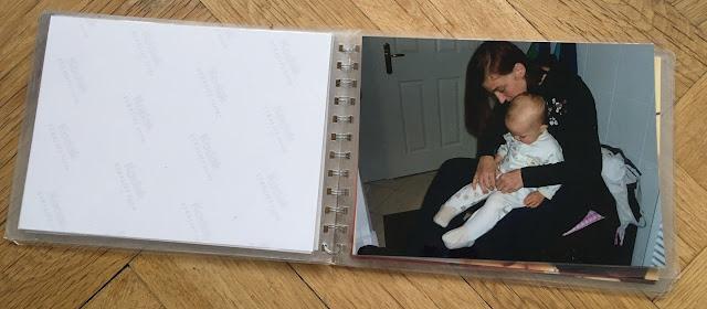 Foto: Kind wird Schlafanzug angezogen