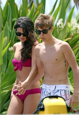Selena Gomez and Justin Bieber kissing in Hawaii