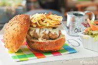 Hamburguesa con gorgonzola, pera y cebolla caramelizada