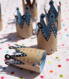 http://manualidadesreciclables.com/14961/bonetes-de-coronas-para-fiestas
