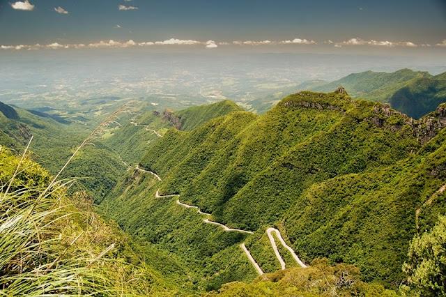 Belas paisagens podem ser observadas na Serra do Rio do Rastro. Seguindo para Bom Jesus da Serra, são 15 quilômetros de viagem pelas curvas sinuosas da SC-438