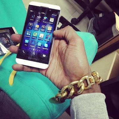 El BlackBerry 10 está logrando la aceptación que se esperaba. El entusiasmo por la nueva plataforma está aumentando cada vez más. Una orden de 1.000.000 de dispositivos BlackBerry 10 lo confirma. Otra cosa que sin duda ayuda a la marca es que las celebridades realmente lo aprueban como un excelente dispositivo. El rapero estadounidense, productor , actor y empresario , Soulja Boy, ha sido mostrado su BlackBerry Z10 en color Blanco. Soulja Boy recientemente puso un tweet con la foto en Instagram mostrando su nuevo BlackBerry Z10 en color Blanco. Es realmente genial ver el apoyo de las celebridades y