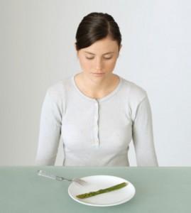 Los trastornos de la alimentación son considerados por muchos psiquiatras y psicólogos como la enfermedad del siglo XXI. Afecta, sobre todo, a un 5% de mujeres adolescentes y jóvenes que practican el ayuno y la abstinencia en función de la belleza corporal.