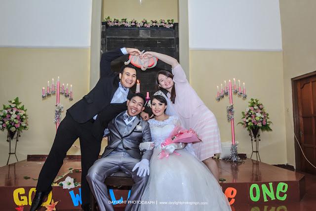 foto pernikahan mike dan dewi bersama sahabat sahabatnya