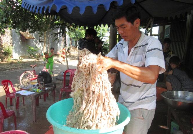 Thịt rắn làm sạch trước khi tẩm ướp gia vị
