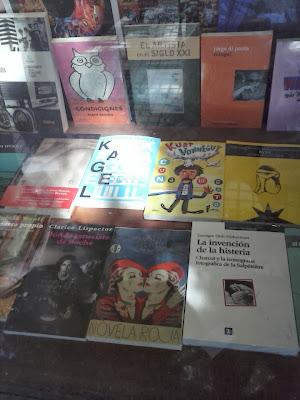 Novela roja en librería De la Mancha, Buenos Aires. Foto.
