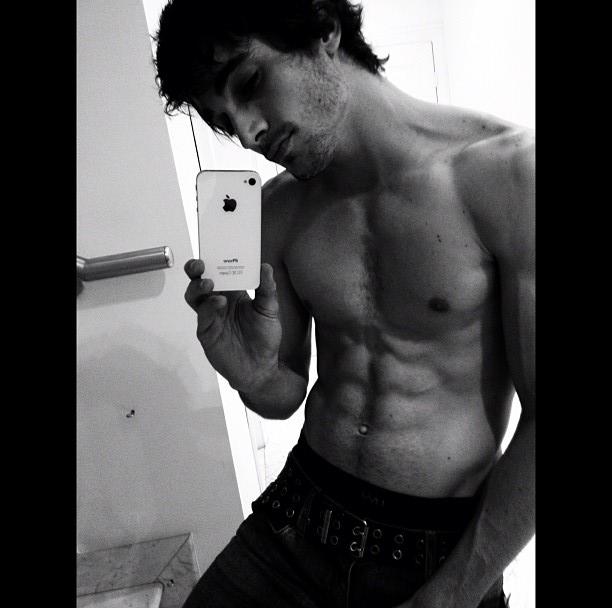 Fiuk posta foto em rede social exibindo a barriga tanquinho
