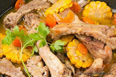 Costillas de cerdo con maíz ya guisadas en la sartén
