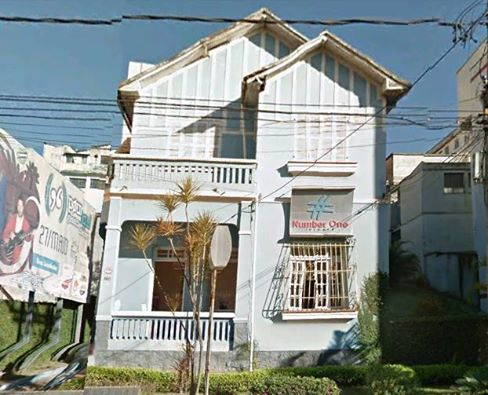 Casa demolida a AV Bias Fortes em Barbacena MG - Foto dec 90