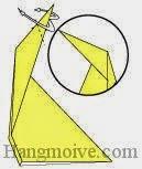 Bước 7: Mở hai mép giấy và gấp ngược về đằng trước.