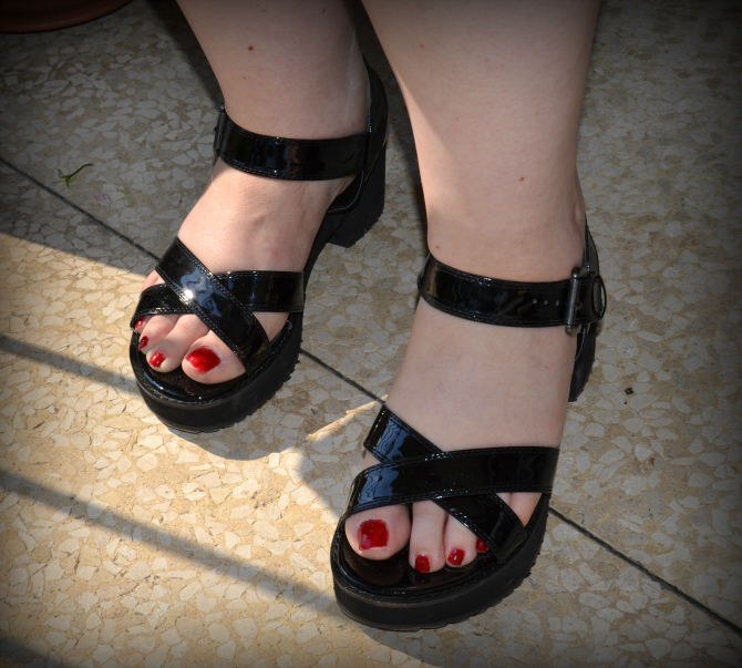 sandali neri in vernice e gomma con platform