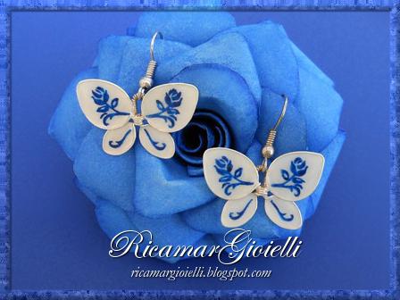 Orecchini a forma di farfalla fatti con lo smalto per unghie e decorati con delle rose