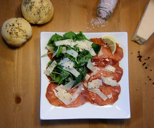 Σαλάτα με ρόκα, μπρεζάολα και παρμεζάνα
