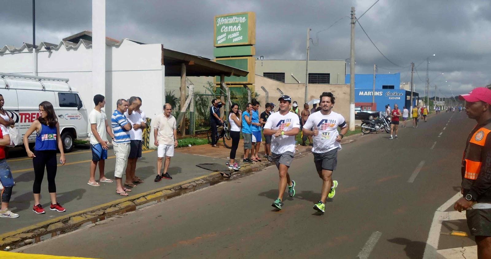 Foto 164 da 1ª Corrida Av. dos Coqueiros em Barretos-SP 14/04/2013 – Atletas cruzando a linha de chegada