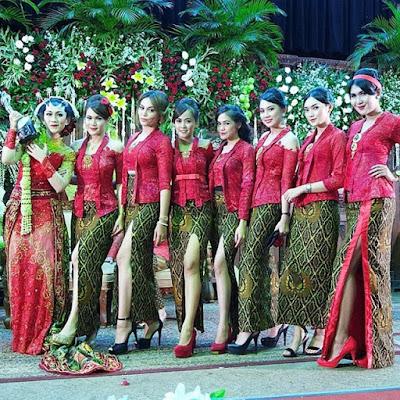 kebaya broklat merah cantik dengan bawahan rok motif batik