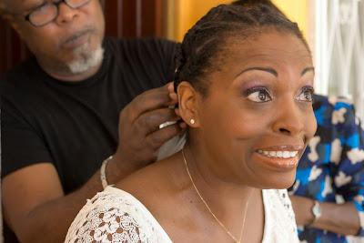 la mariée grimace parce qu'on lui tire les cheveux