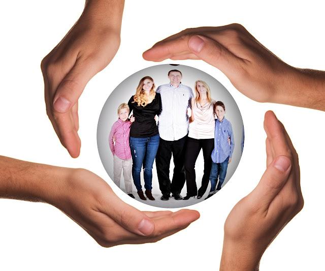 Kristallkugel mit Händen umgeben