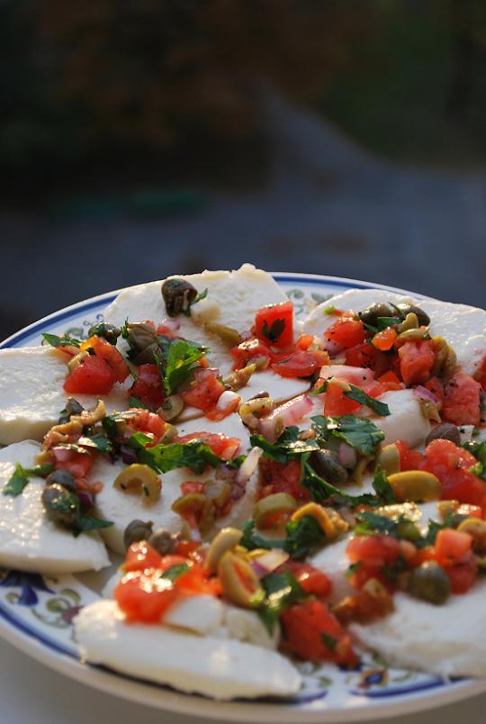 Mozzarella z salsą z oliwek, kaparów i pomidorów