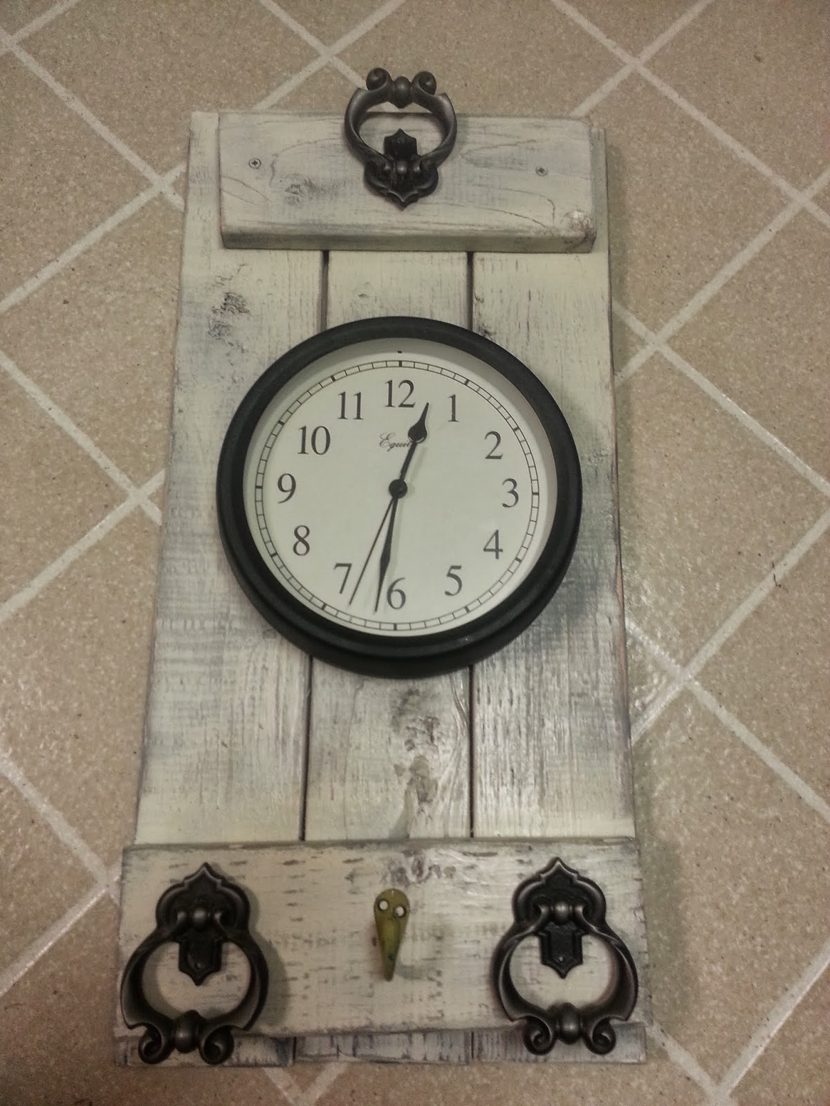 freckles 39 n 39 family rustic bathroom wall clock. Black Bedroom Furniture Sets. Home Design Ideas