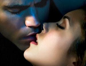 hombre y mujer besandose: