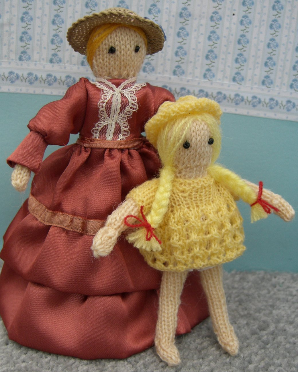 Free Knitted Doll Pattern : bitstobuy: Free miniature knitting pattern - Dolls house family part 2