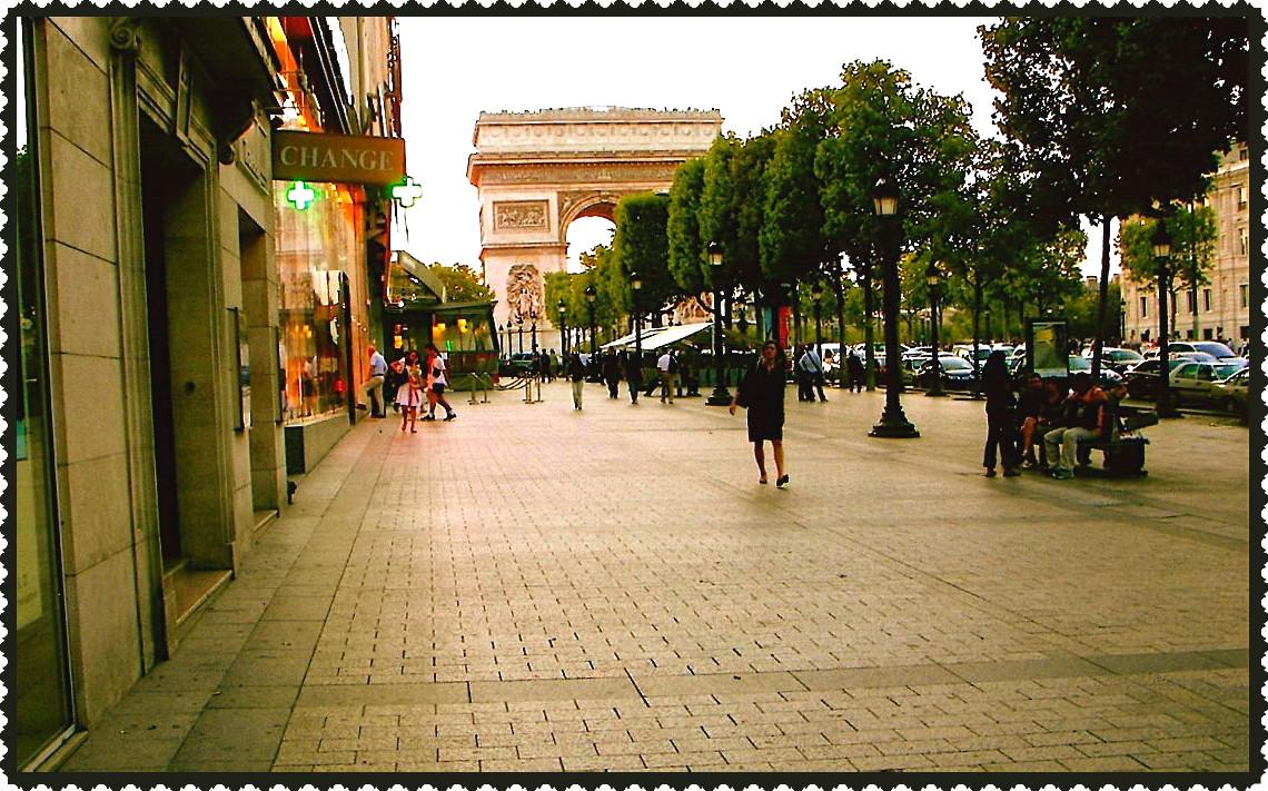 <i><b>Avenue des Champs-Élysées</b></i>